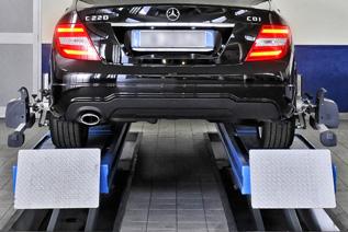officina per auto con attrezzature moderne e tecnici qualificati